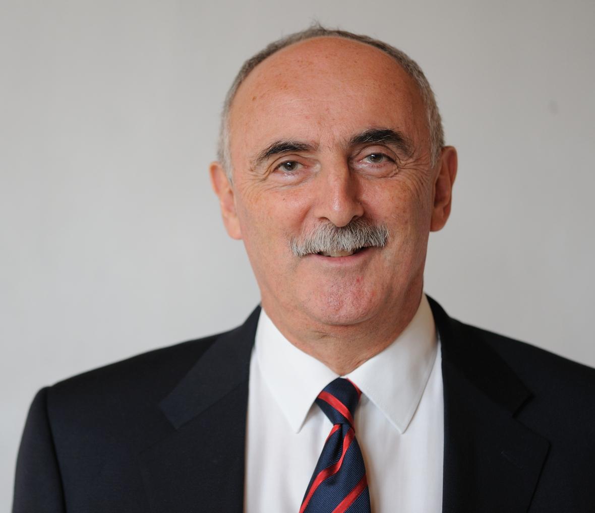 Dr Ernesto Engel